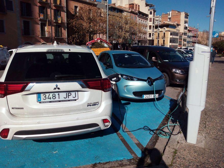 Cotxe elèctric carregant a la ciutat de Girona.
