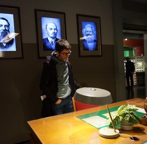 La taula del funcionari amb Lenin i Marx observant. M.D. Berlin2018